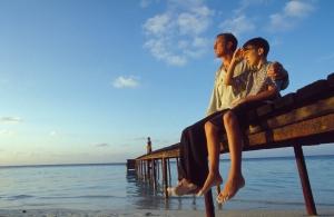 Vater und Sohn sitzen auf dem Steg